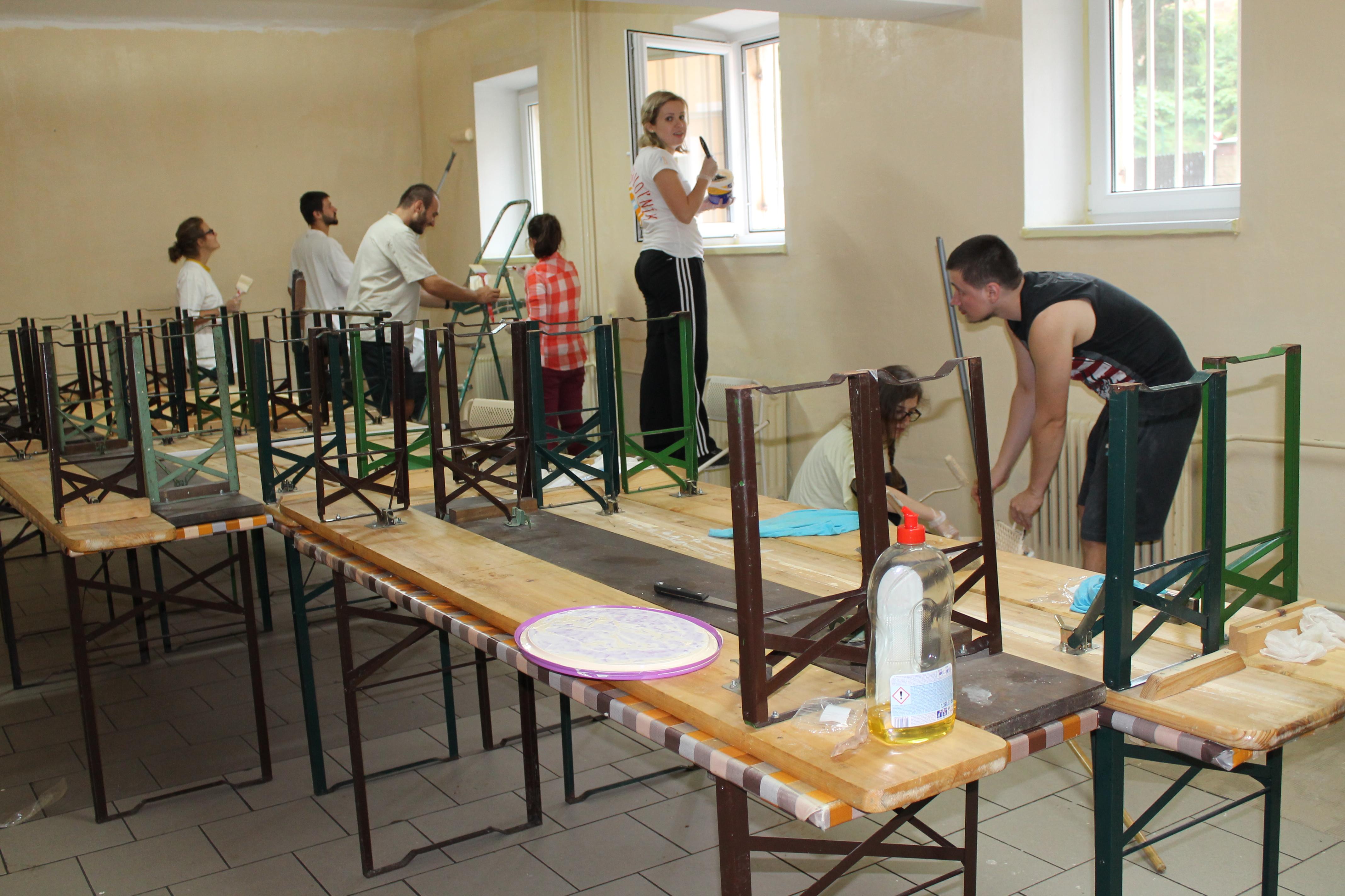 Dobrovoľníci od kapucínov maľujú
